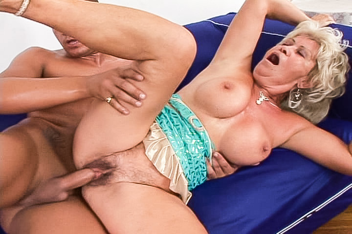 Busty blonde granny Renata gets fucked up her bush